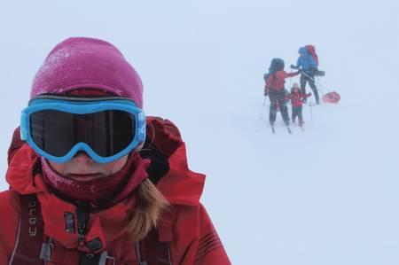 BRILLEFIN: Skibrillene kommer godt med når Frida (8) viser vei i fokk og rokk. FOTO: Eivind Høstmark Borge