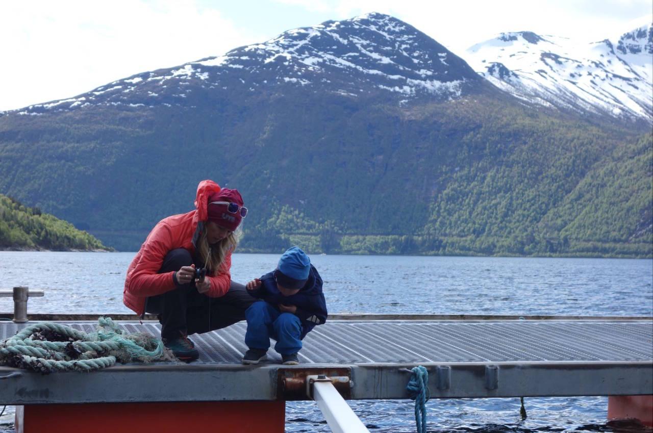 FISKETUR: Få ting engasjerer barna mer enn en suksessfull fisketur. Lykken er å ha fiskelykke! Foto: Helge Wangberg