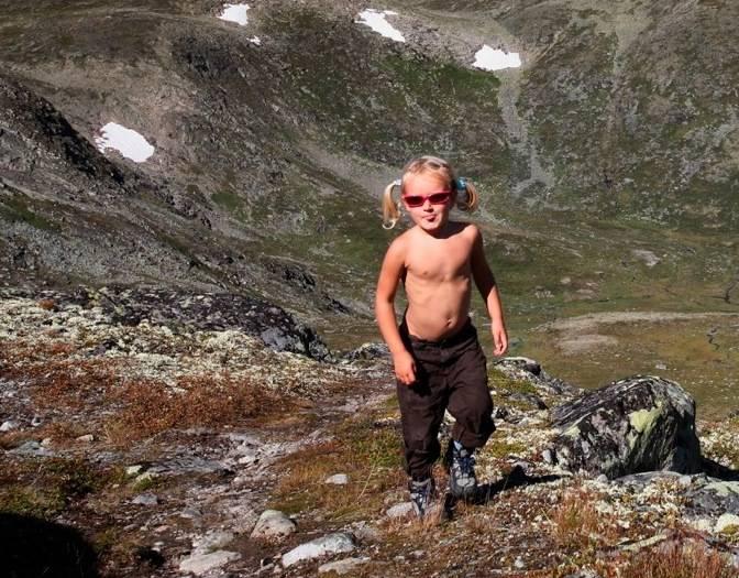 Gjendine Eidslott (4) på vei fra Memurubu mot Besseggen, med fjellet Surtningssui bak.
