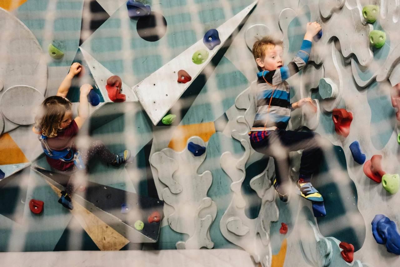 GÅ PÅ VEGGEN: Klatring er litt som med fingerspråk. Du klarer deg kanskje hele livet uten. Men det man kan, kan kanskje komme til nytte? Barna på Oslo klatresenter har ingen problemer med å finne tak. Foto: Line Hårklau