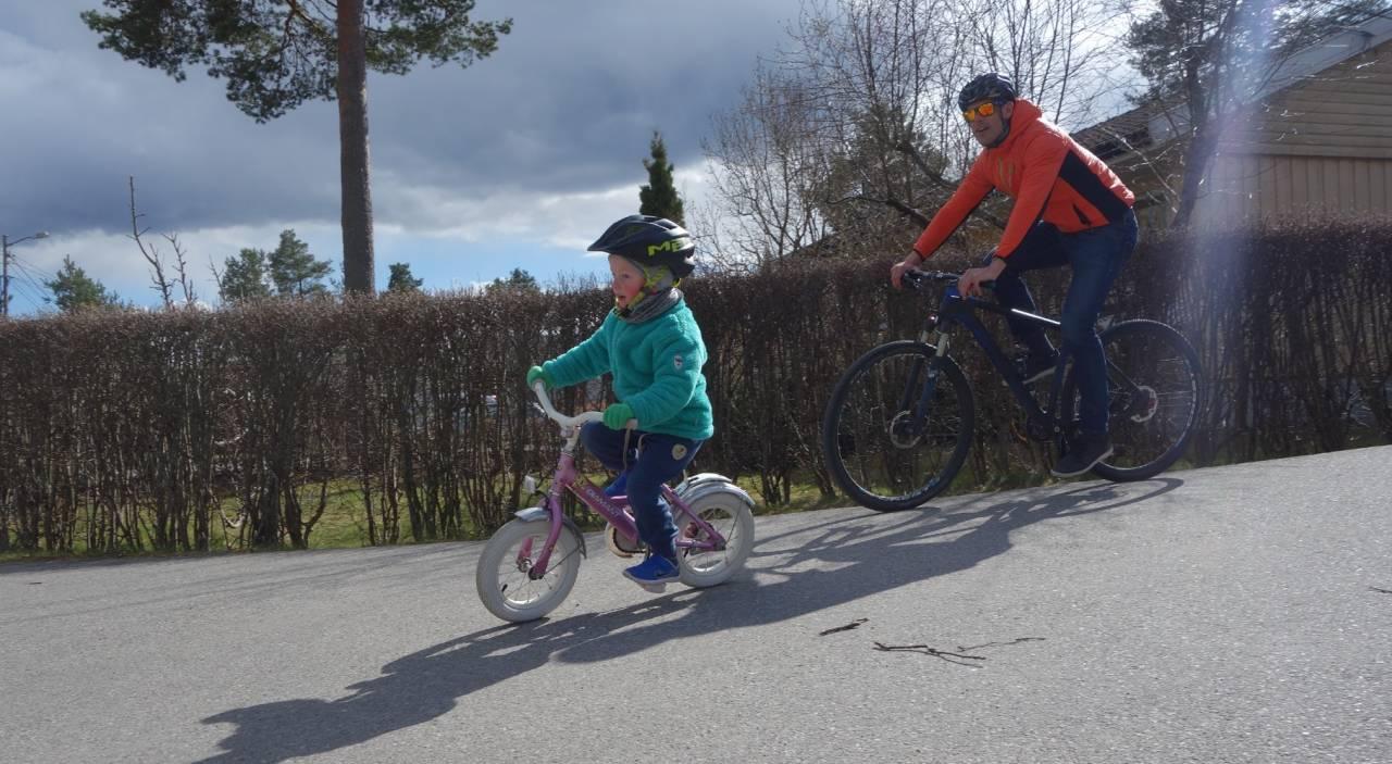 TRÅKK FOR EGEN MASKIN: Se, jeg kan sykle! Helt selv! Uten hjelp! Se på meg da, mamma! Foto: Sandra L. Wangberg