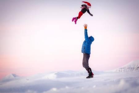 MINA OG MEG: I november 2018 pakket Alexander Read og datteren MIna pulk, ski julepynt og  adventsbok og dro til fjells. Nå deler de sine erfrainger. Foto: Lars Petter Skillestad