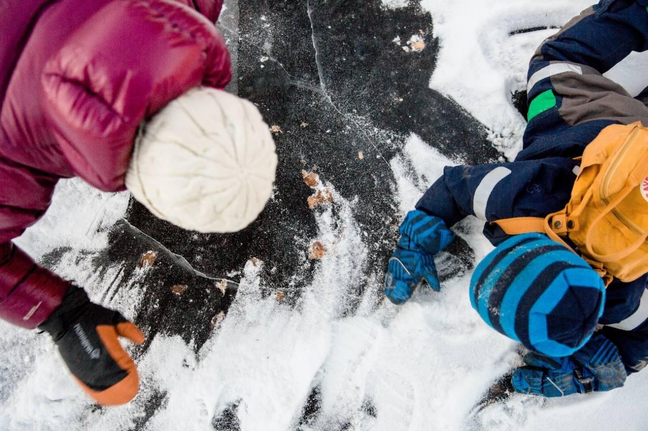 Barn liker å utfordre balansen, og skøyteisen er et fint sted å leke med den. Foto: Line Hårklau