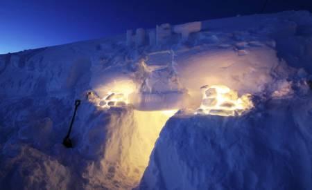 BLÅTIMEN: Kvelden har lagt seg over fjellet, og vi tenner våre lys og lykter. Foto: Lars H. Krempig
