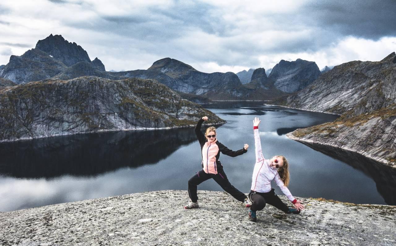 TEKOPPSTETTEN: Landskapet rundt Lofotens største innsjø er heftig. Her er Nikoline (til venstre) og Eline snart på toppen av Tekoppstetten. Foto: Jon Olav Larsen