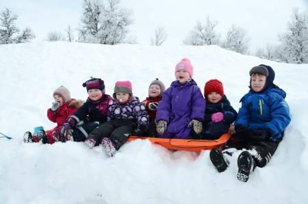 INGEN SURE MINER: Snø, ski, basing og akemuligheter legger ingen demper på humøret til denne gjengen. Foto: Sandra Lappegard
