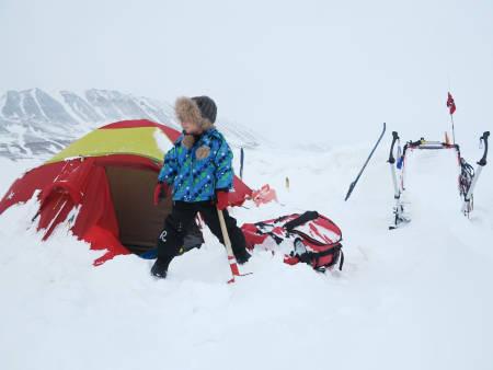 SNØMÅKING: Det er moro å hjelpe til med slike mengder snø.