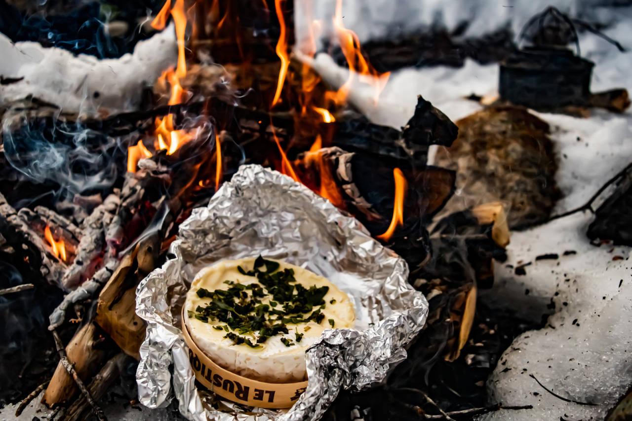 lun camembert og bålmat smeltet ost