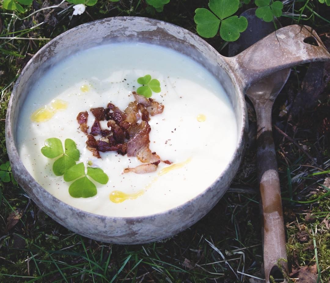 LETT SOMMARMAT: Potetsuppe er like godt varm som kald, og kan lagast både ute og heime før avreise. Foto: Sigrid Henjum