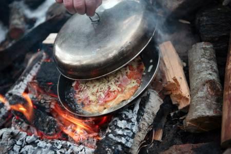 PIZZAOVN: Sett et lokk over stekepannen etter at du har lagt på fyllet. Pizzaen er ferdig når osten har smeltet. Foto: Ellen Lande Gossner