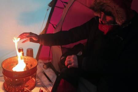 VARMEJAKKE: Børge Ousland vet å kle seg etter forholdene. En god dunjakke er alfa og omega på skikkelig vintertur. Foto: Matti Bernitz