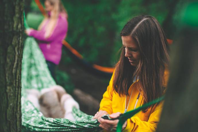 SLIK SETTER DU OPP HENGEKØYA: Tursøstrene har over 100 netter i hengekøye, og har bra erfaring med å få en optimal bue på hengekøya. Foto: Kristoffer H. Kippernes