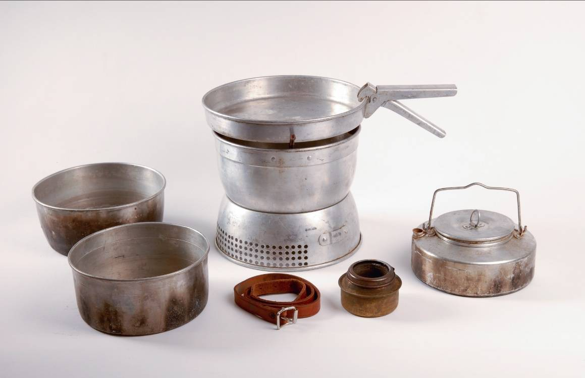 STORMKJØKKENET: Smart tenkt ut i 1951, et kokesett med todelt vindbeskyttelse, der brennkammeret ligger i den nedre delen og kokeutstyret hektes på den øvre. Foto: Geir Anders Rybakken Ørslien