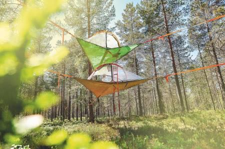 OPPHENGT: Hengekøya innbyr til både late sommerkvelder, og som et alternativ til hytte og telt. Foto: Bård Basberg