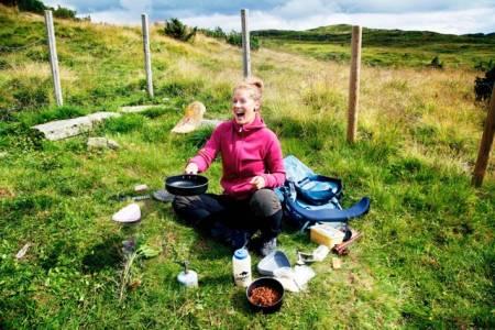UTEMAT: Det er vel ikke bare UTEs matskribent, Sigrid Henjum, som synes maten smaker best ute!