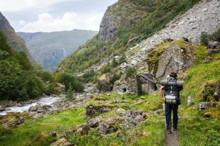 PAKK FORNUFTIG: Det er ofte ikke en liten sekk man ender opp med når man er klar for tur, som her fra Aurlandsdalen. Sil ut det du ikke trenger ved å bruke en pakkeliste! Foto: Marte Stensland Jørgensen
