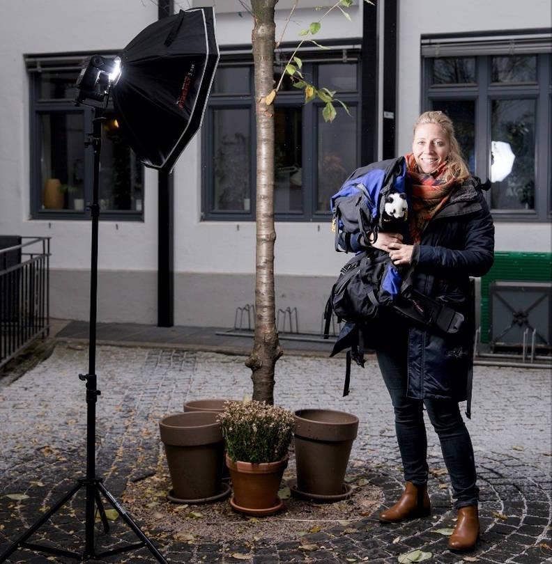 GRØNN HVERDAG: Et stort tre pryder bakgården til WWF-kontoret, ellers er det biologiske mangfoldet relativt begrenset. Foto: Line Hårklau