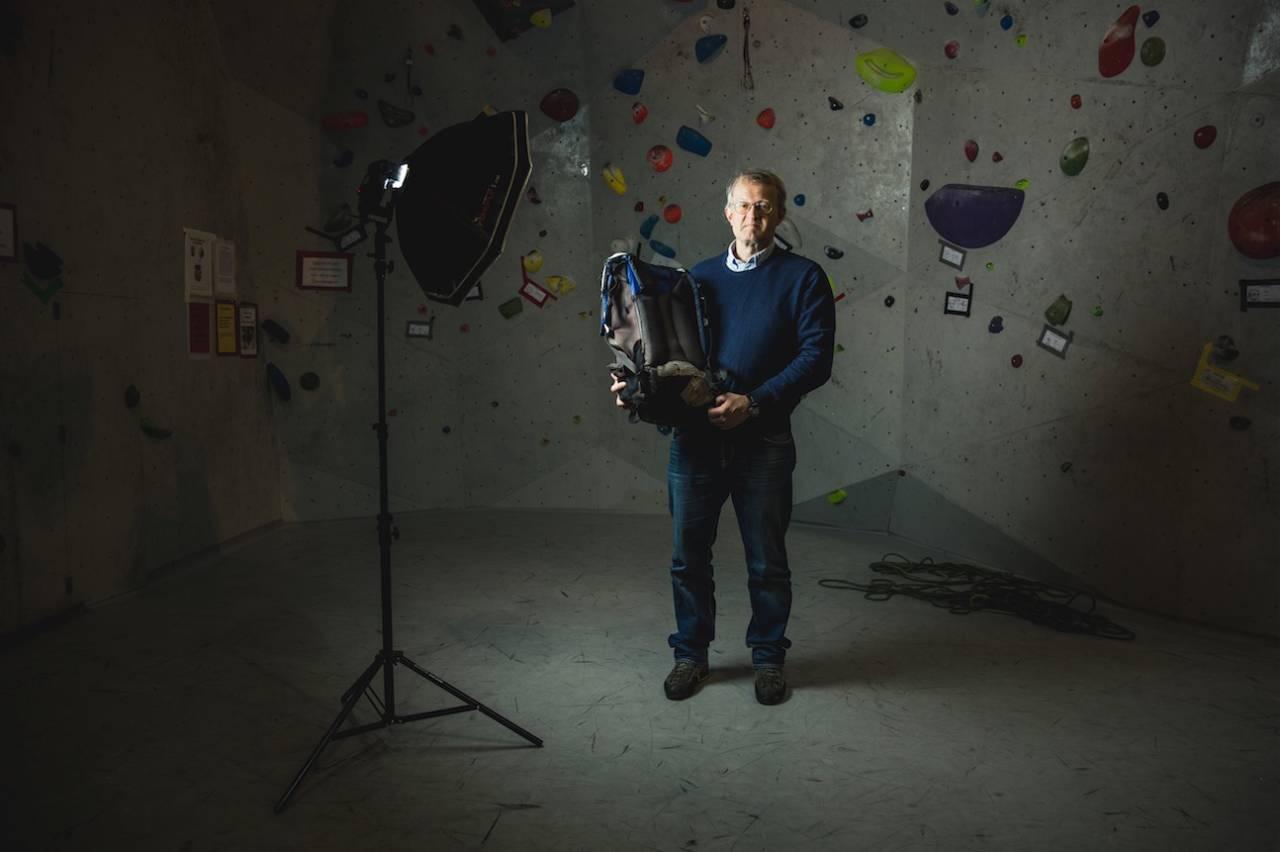 FAVORITTEN: Norrøna lager ikke lenger Besshø-sekken. Klatrer og forfatter Arne Larsen har sikret seg noen reserver når han har kommet over dem i bruktbutikker. Foto: Line Hårklau