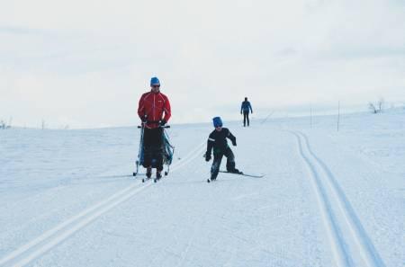 MORO I MIDTEN: Med blanke ski er det enklere å få god glid, og det er inspirerende når man klarer å få litt fart på flatene. Her i løypenettet på Beitostølen. Foto: Gunhild Aaslie Soldal