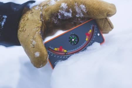 BRATT FRILUFTSLIV: Å måle bratthet kan du gjøre med telefonapplikasjoner, skistavene dine, kompasset eller egne duppeditter. Foto: Kristoffer H. Kippernes