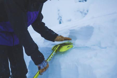 SKREDUTSTYR: En snøspade inngår i det obligatoriske utstyre for toppturer på ski. Foto Kristoffer H. Kippernes