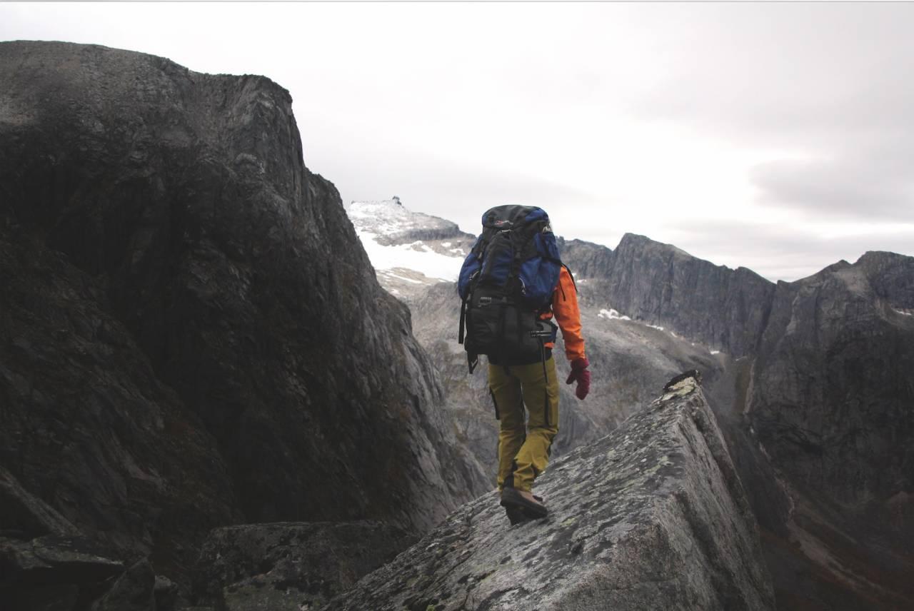 GODT SKODD: Du får nesten like mange fjellstøvler/-sko som det finnes turer å gå. Sørg for å finne en som sitter godt på foten! Foto: Håvard Lium