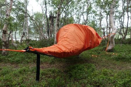 Tarpen kan festes rundt teltet, eller festes på skrå ned på sidene.