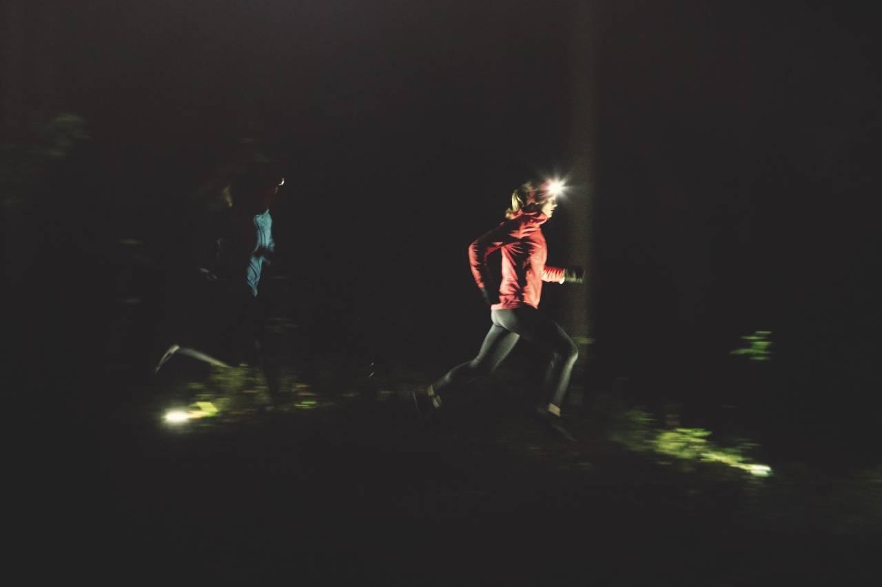 TEST AV HODELYKTER: Velg en hodelykt med god batteritid, så kan du komme langt på fine løpestier selv etter mørkets frembrudd. Foto: Kristoffer H. Kippernes