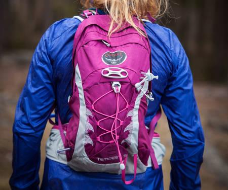 Osprey TEMPEST: Dette er damesekken fra Osprey. Sekken har veldig mange praktiske detaljer, kanskje i overkant av hva som nødvendig er for løping. Som hjelmfeste, isøksfeste etc.