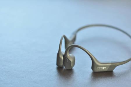 AFTERSHOKZ AEROPEX: Gir deg lyd rett inn i hodet gjennom kinnbeinet. Smart og praktisk.  Foto: Øyvind Aas