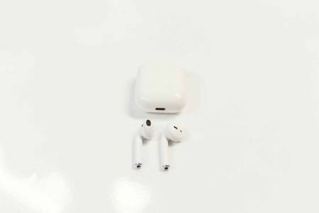 BEST BATTERI: Apples Airpods overbeviser med lang batterikapasitet og det minste ladeetuiet.