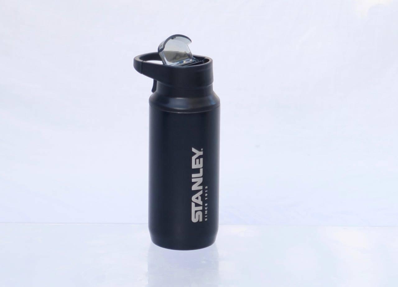 Med beskyttet drikkehull: Mountain Switchback-koppen har praktisk håndtak og et lokk over drikketuten for å beskytte mot støv og bøss.
