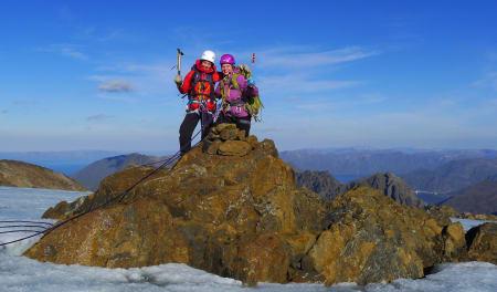 Mari Meslo og Siri Stensgård fra Øytun folkehøgskole på «Bergtattberget» 10. september 2013 (34 W 540230 7786385). Det ble gps-målt til 1180 moh., tre meter høyere enn Bergeberget. ALle foto: Bjørnulf Håkenrud