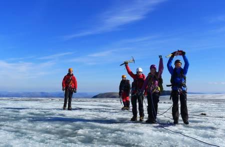 Sommerens varme har smeltet bort all snø på toppen av Øksfjordjøkelen. Loppatind på 1175 moh. sees mellom personene til høyre og var tidligere Finnmarks høyeste faste fjell. Bjørnulf Håkenrud
