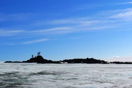 Isen smelter rundt Bergeberget 1177 moh. Det var bare en liten knaus da Oddvar Berge, Anne Britt Gjedrem, Marianne Frisk, Rakel Falsen og Merete Erga førstebesteg det 29. juli 2007.  Foto: Bjørnulf Håkenrud