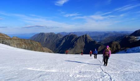 På tur mot toppen av Øksfjordjøkelen fra Nuvsvåg i Loppa, et perfekt utgangspunkt for bratte fjellturer.Foto: Bjørnulf Håkenrud