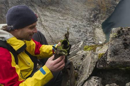 Terje Stokke ble mildt sagt overrasket da han fant støvelen til den tyske Luftwaffe-piloten i den bratte steinura. Foto: Hans Kristian Krogh-Hansen