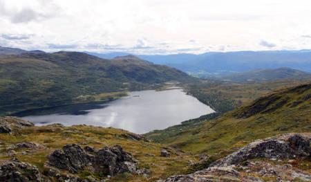 BERØRT: Norge har svært få uberørte naturområder, selv de fjerneste dalstrøk har stort sett bilvei, noen også hyttefelt, som på dette bildet. Vil vi ha det sånn, eller skal noen områder forbli totalt uberørt av menneskelig aktivitet? Foto: Tore Meirik