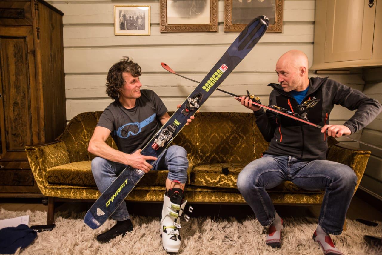SOFA-DUELLEN: Ola Hovdenak og Bård Smestad tar et oppgjør i sofaen om hvem som sitter på den smarteste kunnskapen om rando og topptur. Bilde: Christian Nerdrum