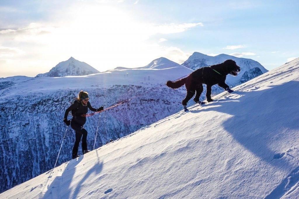 STERK: Som fjelløper kjenner Emelie Forsberg godt hva kroppen kan tåle og hvor grensene går. Da hun var  gravid, var hun også opptatt av at det handler om å tilpasse seg og akseptere det som blir annerledes, ikke sammenligne med alt man klarte å gjøre før. Foto: emelieforsberg.com