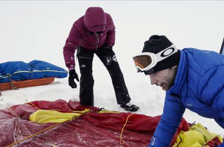 MYE Å TENKE PÅ: Programleder Maria Philippa Rossi og polfarer Lars Mausethagen pakker telt og pulk under tøffe værforhold på Finse. Foto: Christian Nerdrum