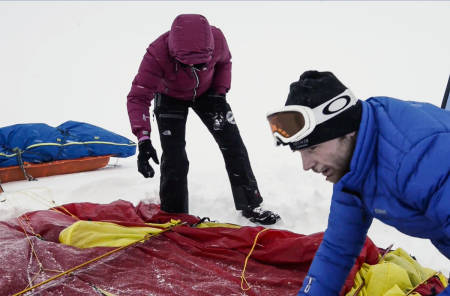 MYE Å TENKE PÅ: Programleder Maria Philippa Rossi og polfarer Lars Mausethagen pakker telt og pulk under realistiske værforhold på Finse.