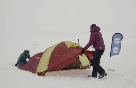 FORBLÅST: I vind og kulde er det flere ting man må tenke gjennom når teltet settes opp – dersom det skal stå gjennom hele natten. Foto: Christian Nerdrum