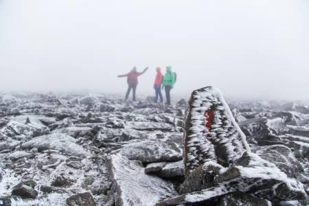 OPPTUR: Lørdag morgen lå et tynt lag snø over Besseggen. Foto: Cathrine Holst