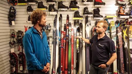 EKSPERTENE: Pål-Trygve Gamme og Øystein Halvorsen fra Oslo Sportslager deler sin innsikt om hvordan man velger seg rett fjellski. Foto: Christian Nerdrum