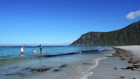 TØR: Kristin Folsland Olsen er ikke redd for å få vann på beina (eller kamera). Bilde: Høyde media