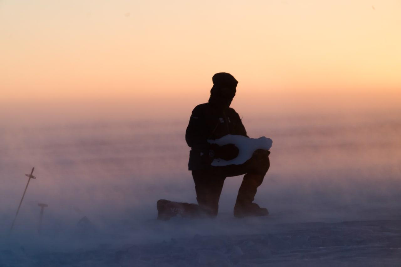 VINDFULLT: Bjørn har funnet frem isgitaren, akkompagnert av den fryktede Piteraq-stormen på Grønland. Dette er en vind forårsaket av to møtende lavtrykk, og kan resultere i vindstyrke opp mot 50-80 meter i sekundet. Foto: Tor Berge