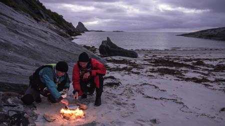KVELDSMAT: Fangsten går på bålet i det sola går ned i havet utenfor Helgelandskysten.