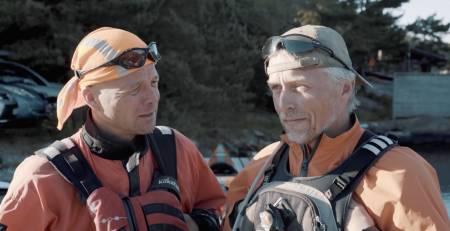 Lars Verket tar med seg Jarle for å vise deg hvordan du kan padle i bølger på havet.
