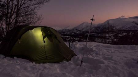 ANDRE RÅD: Vanlige teltplugger gjør ikke susen om du vil at teltet skal stå støtt i løssnøen vinterstid. Og det vil du. Foto: Heidi Kysnes Høyheim